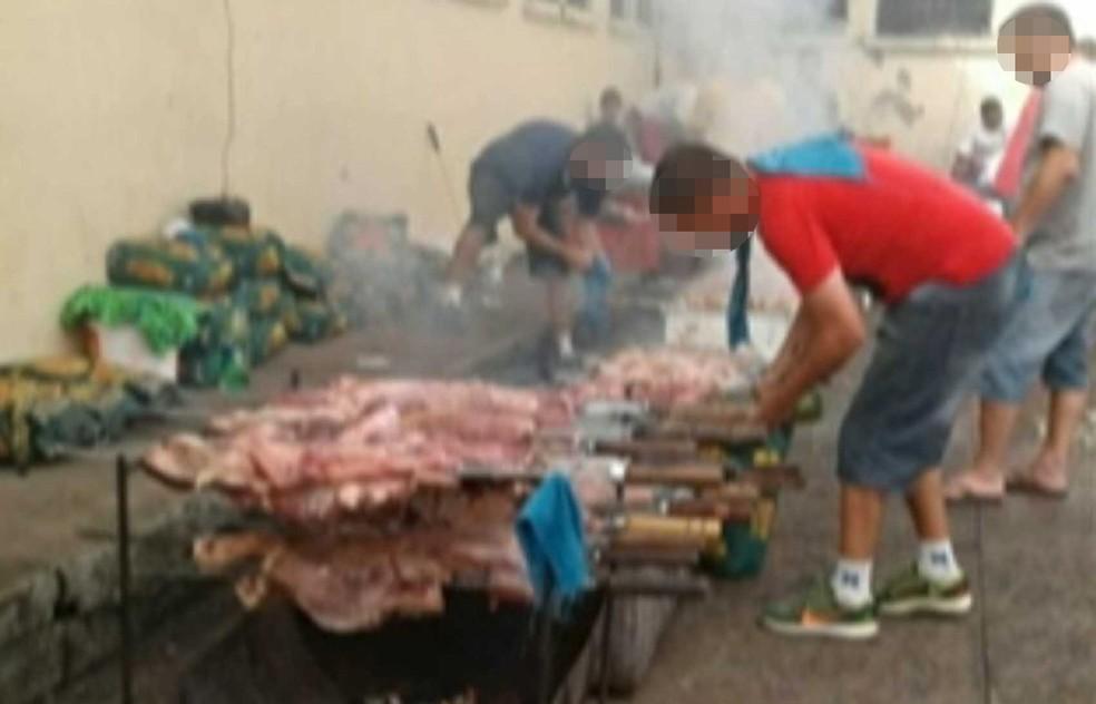 Fotos de presos fazendo churrasco dentro de presídio em Santa Cruz do Sul se espalharam pela internet (Foto: Reprodução/RBS TV)