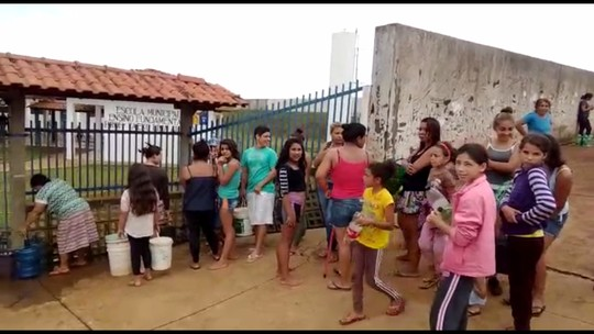 Moradores de seis cidades do norte do Paraná sofrem com a falta de água devido ao temporal de sábado