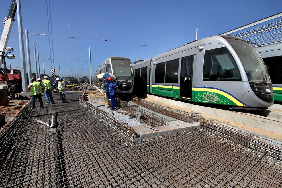 Vagões do metrô de superfície Veículo Leve sobre Trilhos (VLT) ficam no Centro de Comando e Operações (CCO), em Várzea Grande, aguardando a instalação dos trilhos na região metropolitana de Cuiabá. (Foto: Edson Rodrigues / Secopa)