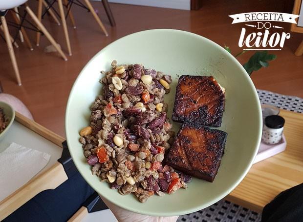 Salada de feijão com bife de tofu seco, receita dos leitores Isadora Attab e Bruno Guide (Foto: divulgação)