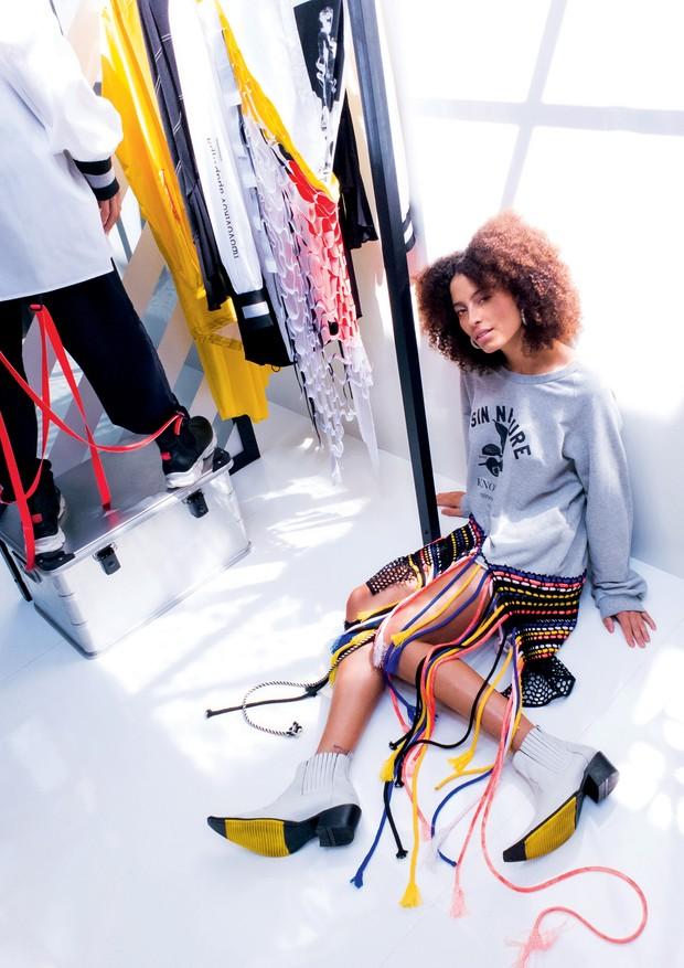 Em foto na recém-reformada loja do Cartel 011, em São Paulo, vestido (R$ 890) e botas (R$ 420), tudo da nova coleção da CZO, grife própria da multimarcas. (Foto: Thiago Justo)