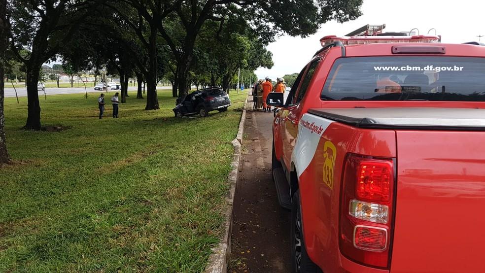 Local do acidente em que carro se chocou contra árvore (Foto: Divulgação/Corpo de Bombeiros)