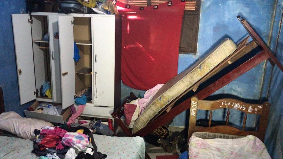 Casa ficou revirada após latrocínio em fazenda em São Gonçalo do Amarante, na região metropolitana de Natal. Dono da fazenda e filho foram mortos e criança ficou ferida.  — Foto: Kleber Teixeira/Inter TV Cabugi