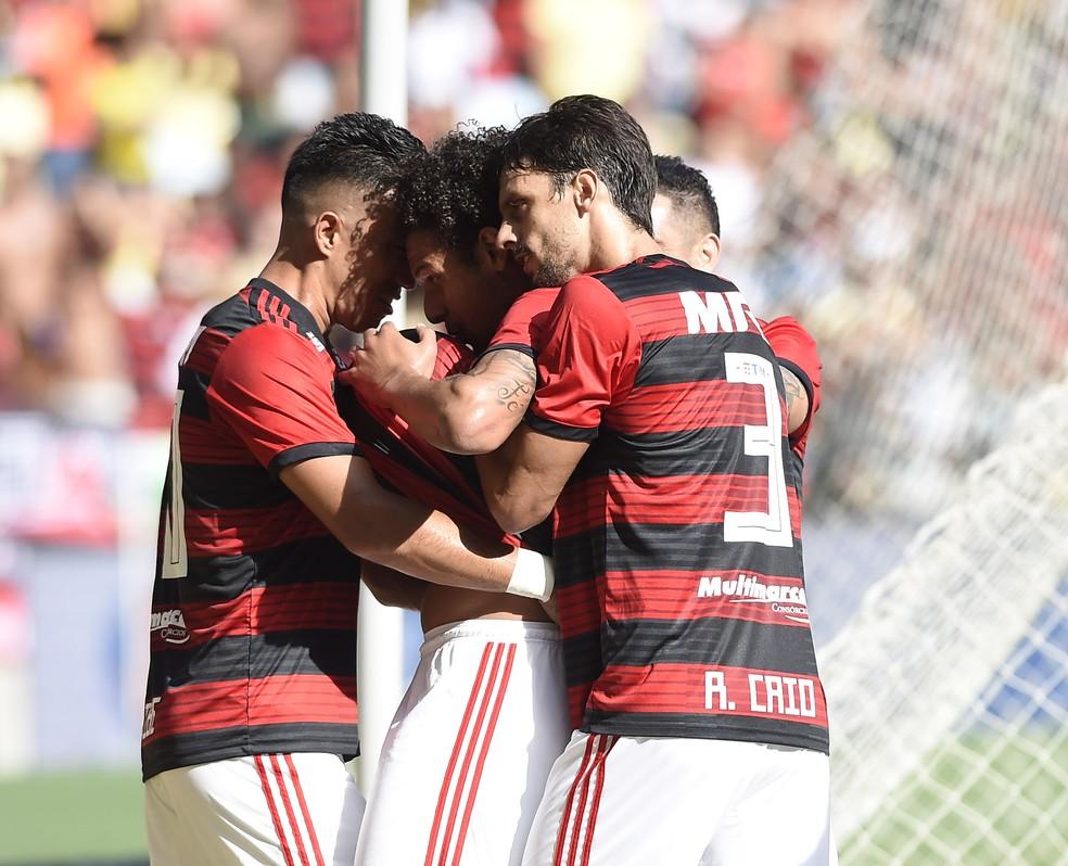 Willian Arão e Rodrigo Caio comemoram gol — Foto: André Durão / GloboEsporte.com