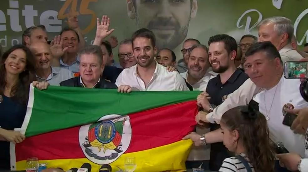 Eduardo Leite celebra a vitória após conceder entrevista coletiva em Porto Alegre — Foto: Reprodução/RBS TV