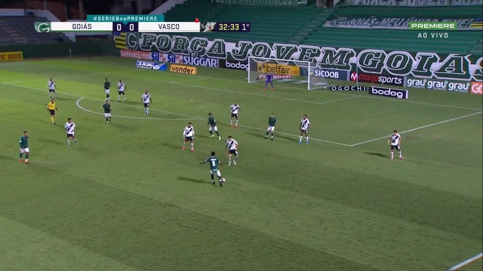Vasco defendendo com 10 homens atrás da linha da bola ainda na etapa inicial — Foto: Reprodução/Premiere