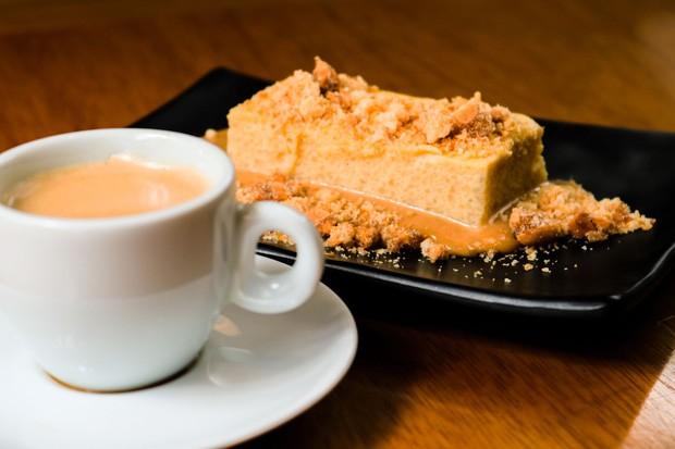 Irresistível: pudim de tapioca com doce de leite e farofa de coco e amendoim (Foto: Divulgação)