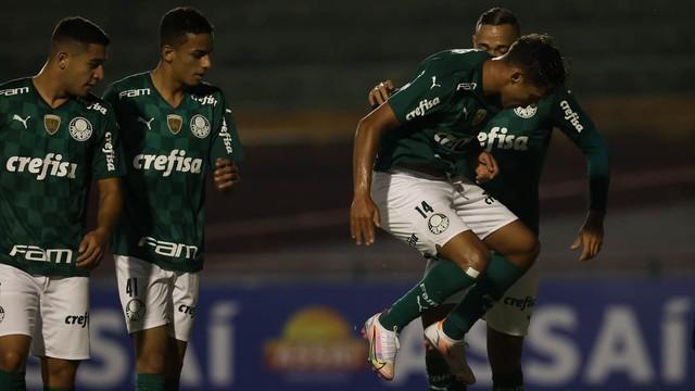 Jogadores do Palmeiras comemoram gol contra o Santo André