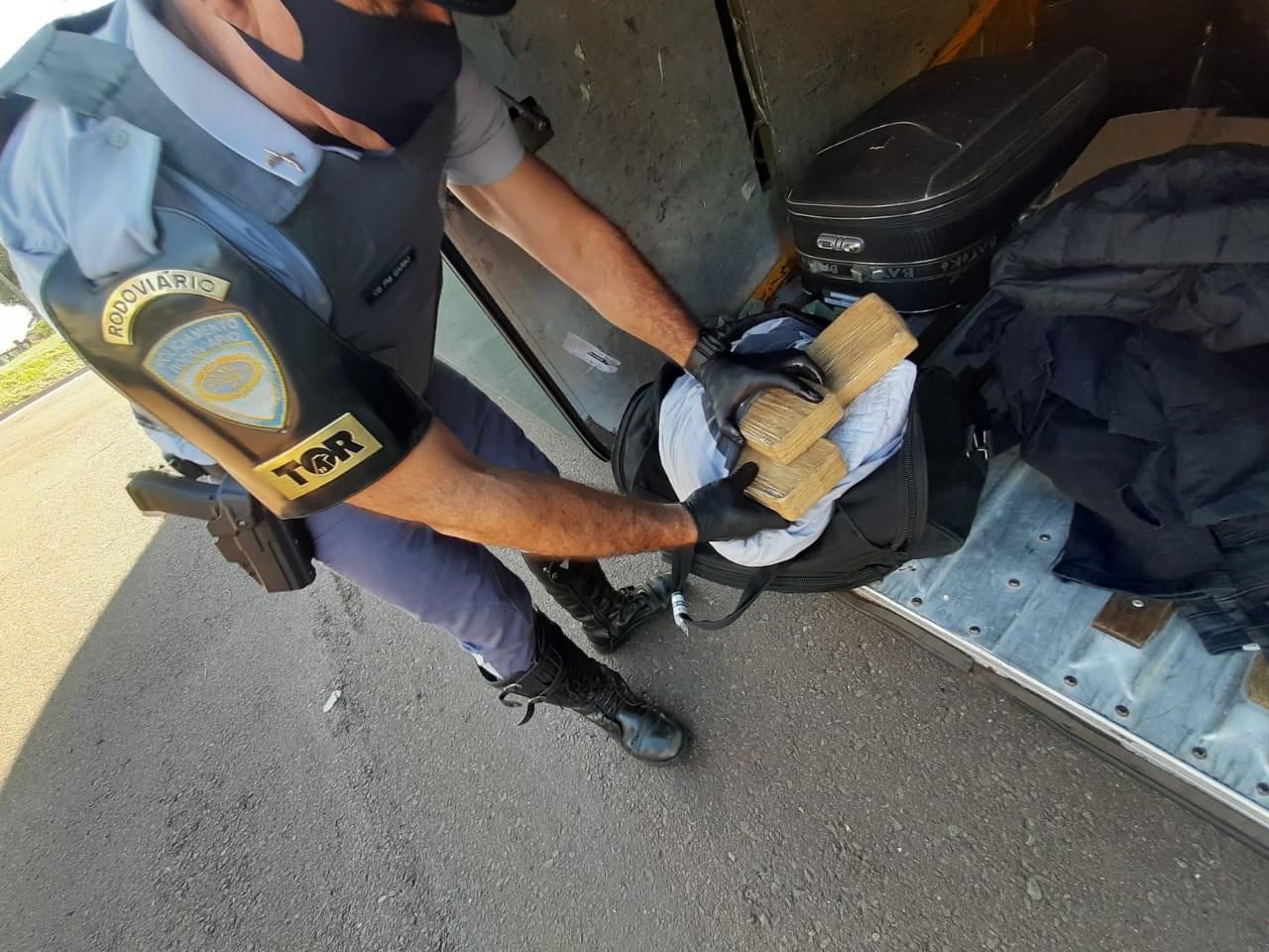 Operação prende casal por transportar tabletes de crack dentro de mala em Presidente Venceslau