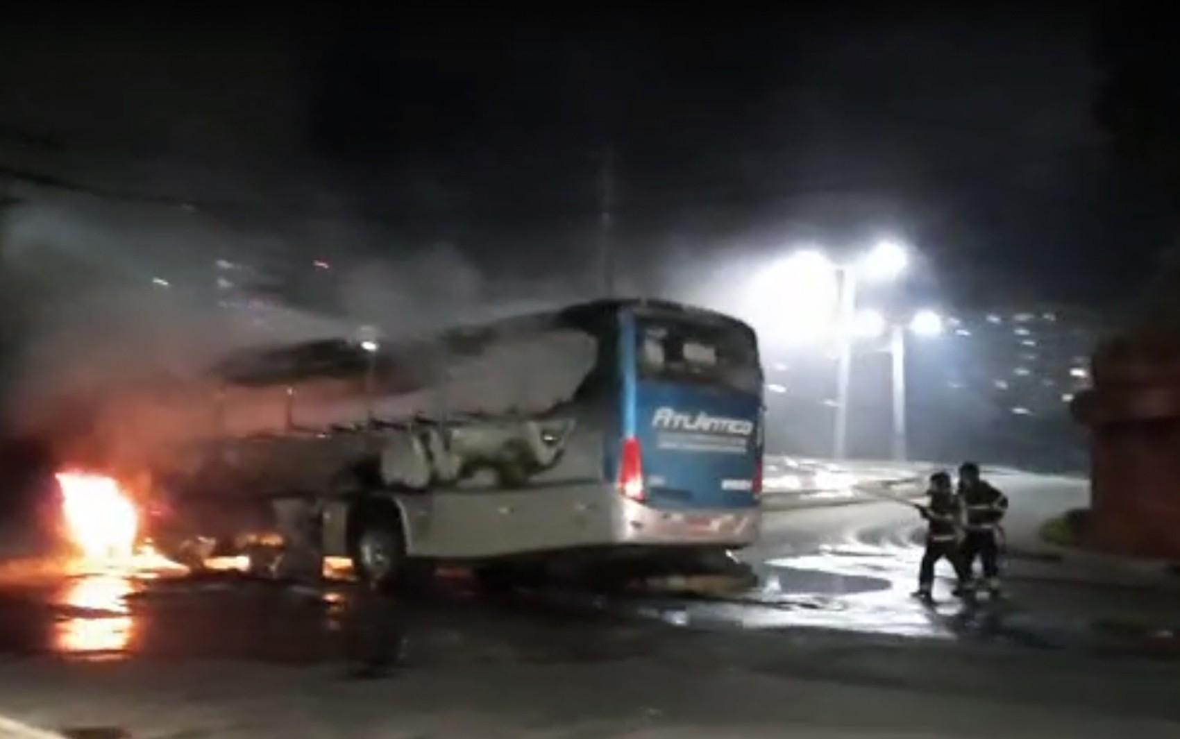 Ônibus pega fogo na Avenida Paralela, em Salvador e deixa trânsito lento na região