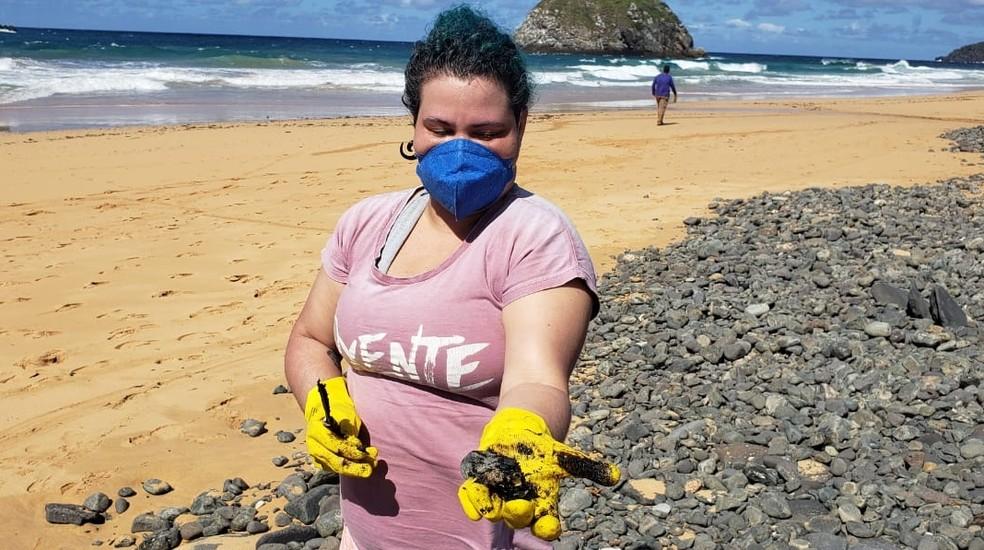 """Trabalho de """"garimpagem"""" recolheu os fragmentos de óleo  — Foto: Ana Clara Marinho/TV Globo"""