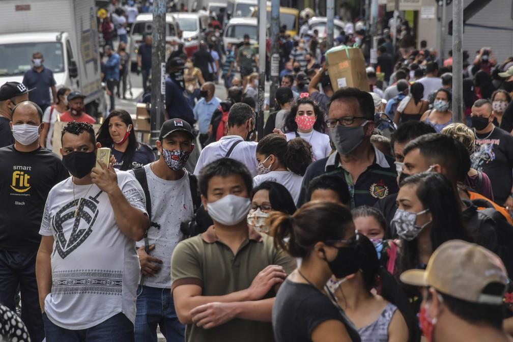 Movimentação na região central de São Paulo (SP), nesta quarta-feira (10), no primeiro dia de reabertura do comércio de rua — Foto: Nelson Almeida/AFP
