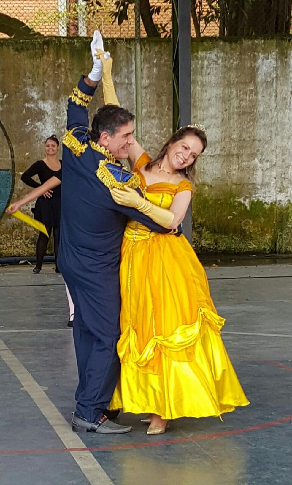 O diretor Wagner Neves e a vice-diretora da instituição em uma das apresentações de dança da escola. — Foto: Arquivo pessoal