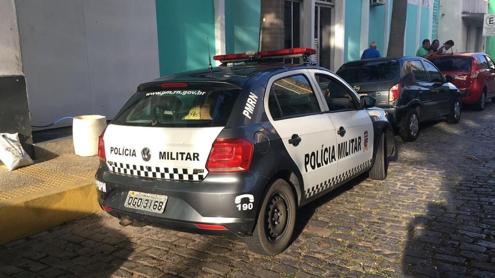 Sargento da PM e filhos foram levados pela polícia para fazer exame de corpo de delito no Itep, em Natal — Foto: Heloísa Guimarães/Inter TV Cabugi