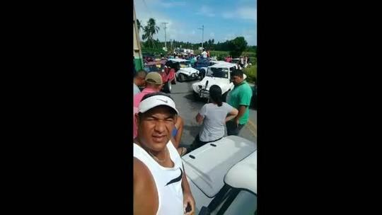 Bugueiros fazem protesto e fecham rodovia em Porto de Pedras, AL