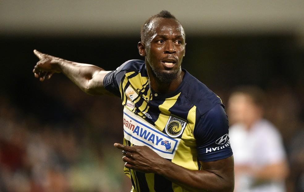 Usain Bolt comemora um dos gols que marcou pelo Central Coast Mariners  — Foto: PETER PARKS / AFP