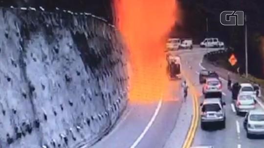 VÍDEO: Caminhão-tanque tomba e pega fogo em acidente na Tamoios