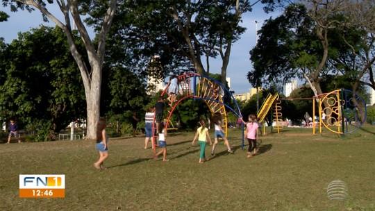 Praças e parques ficam lotados durante as férias escolares