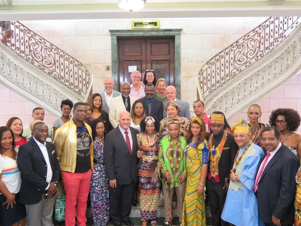 Após a recepção no salão nobre, a rainha posou ao lado da comitiva, autoridades e representantes da comunidade negra — Foto: Liliane Souza/G1 Santos