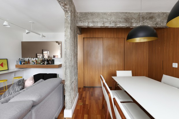 Apartamento masculino, sóbrio e jovem com pontos de cor (Foto: Mariana Orsi/Divulgação)
