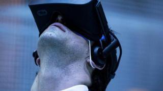 A realidade virtual vai permitir que os espectadores possam ter experiências totalmente personalizadas no cinema, dizem especialistas (Foto: GETTY IMAGES)