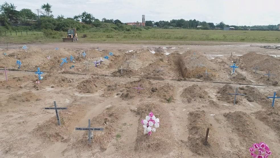 Mortos com Covid-19 são enterrados em vala coletiva de cemitério em Belém em 22 de maio. — Foto: TV Liberal