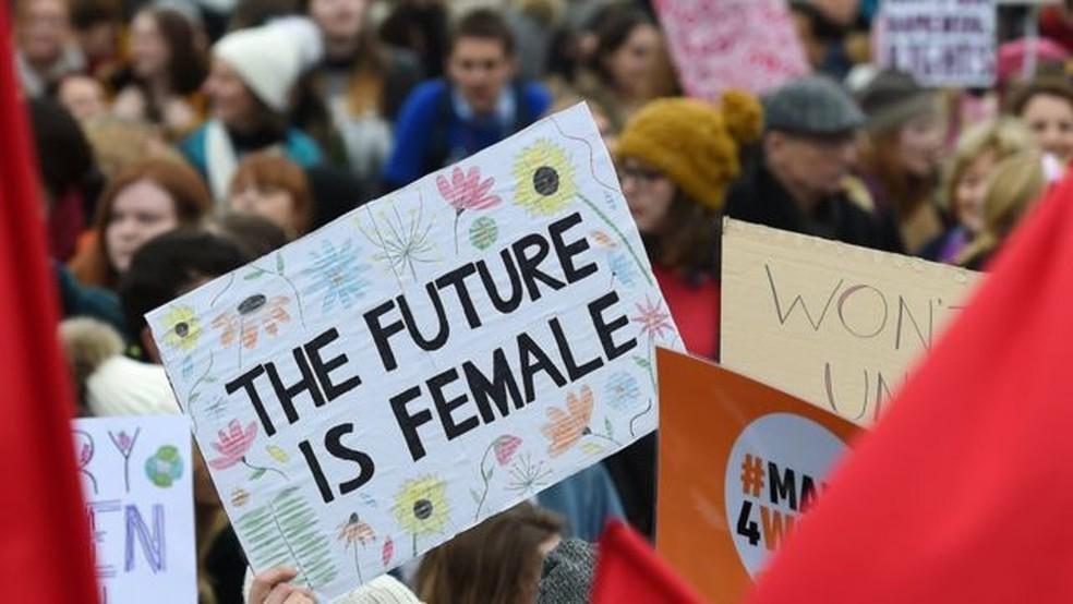 Cartaz em Londres dizendo 'O futuro é feminino': mulheres de todo o mundo fazem marchas e protestos por direitos iguais na semana do 8 de Março — Foto: EPA