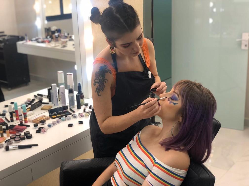 Maquiadora dá dicas para usar o glitter ecológico — Foto: Thais Kaniak/G1