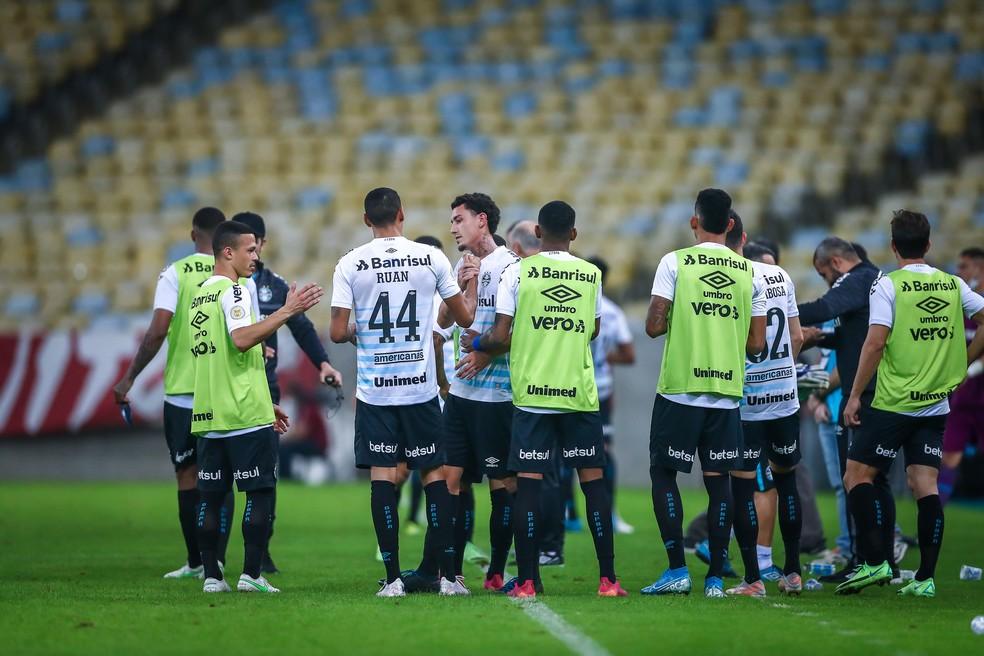 Jogadores do Grêmio se cumprimentam após vitória no Maracanã — Foto: Lucas Uebel / Grêmio FBPA