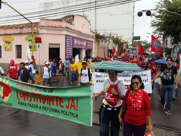 Integrantes de centrais sindicais percorrem ruas do Centro em apoio ao governo Dilma (Foto: Derek Gustavo/G1)
