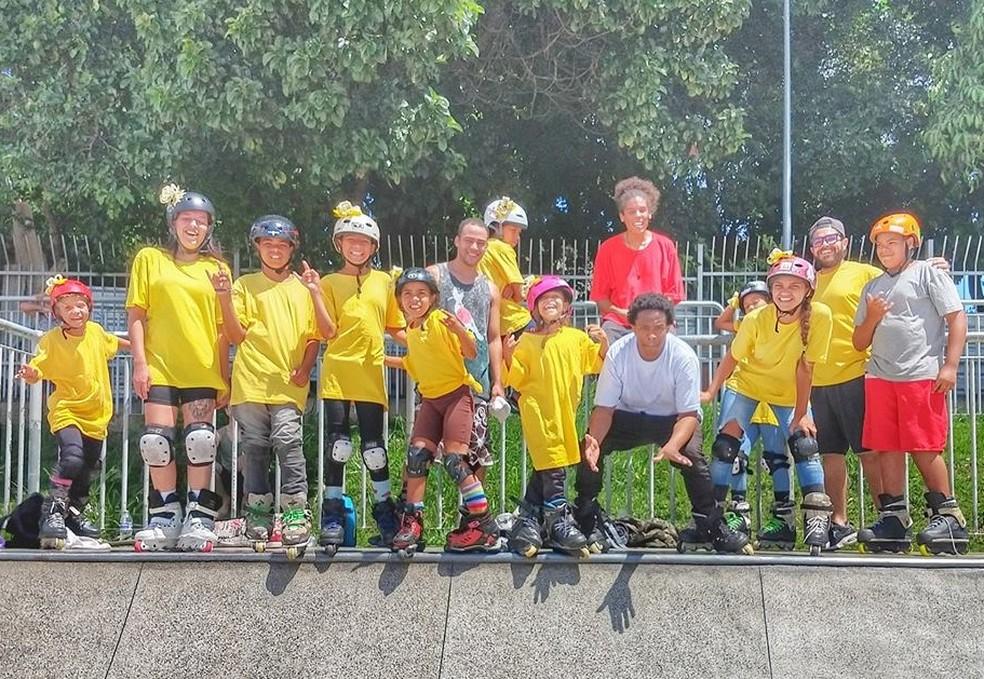Aulas são oferecidas todos os sábados na pista de patinação do CEU das Artes em Sorocaba — Foto: Reprodução/Facebook