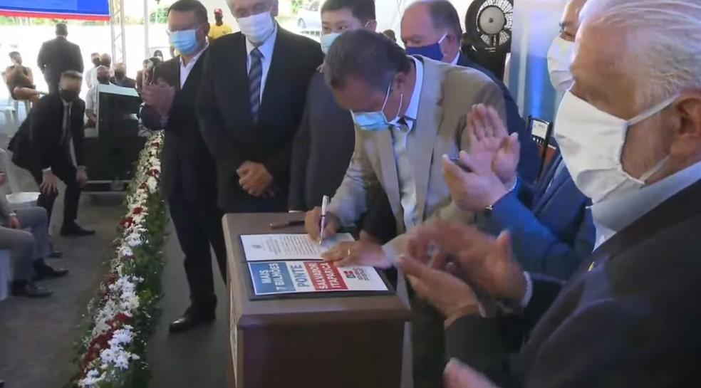 Contrato de construção da Ponte Salvador–Itaparica é assinado pelo governador da Bahia — Foto: Reprodução / Youtube