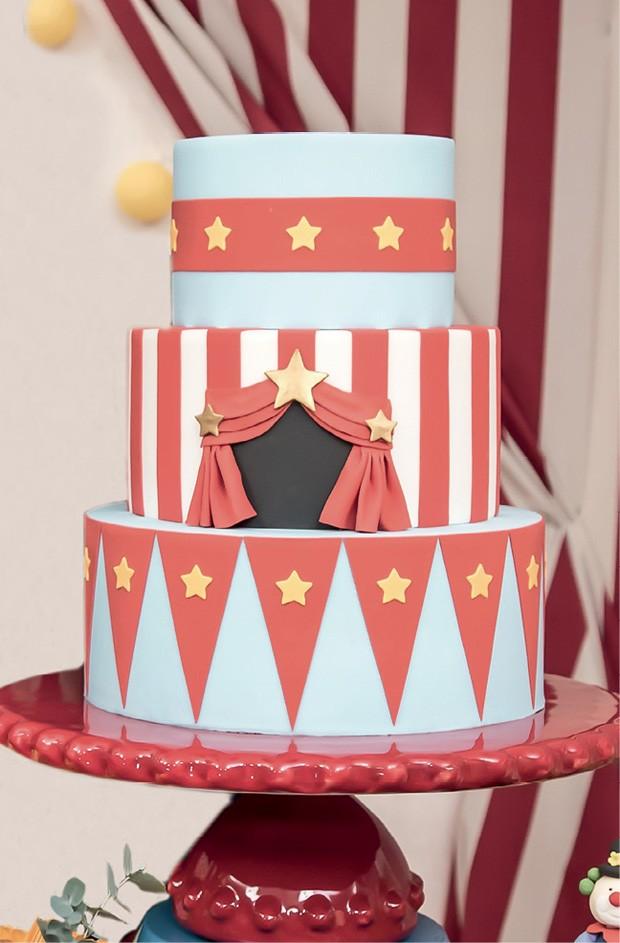 Bolo — Decorado com pasta americana nas cores da festa e feito com massa de chocolate com recheio de morango, o doce imitou o picadeiro. (Foto: Thaís Galardi)