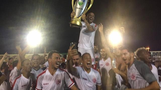 Leandro Melo ergue a taça de campeão da Copa Rio Grande do Norte