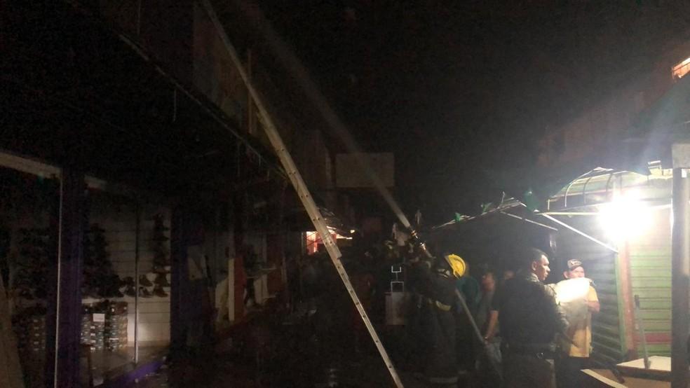 Chamas atingiram lojas no Centro da capital acreana — Foto: Guilherme Barbosa/Rede Amazônica Acre