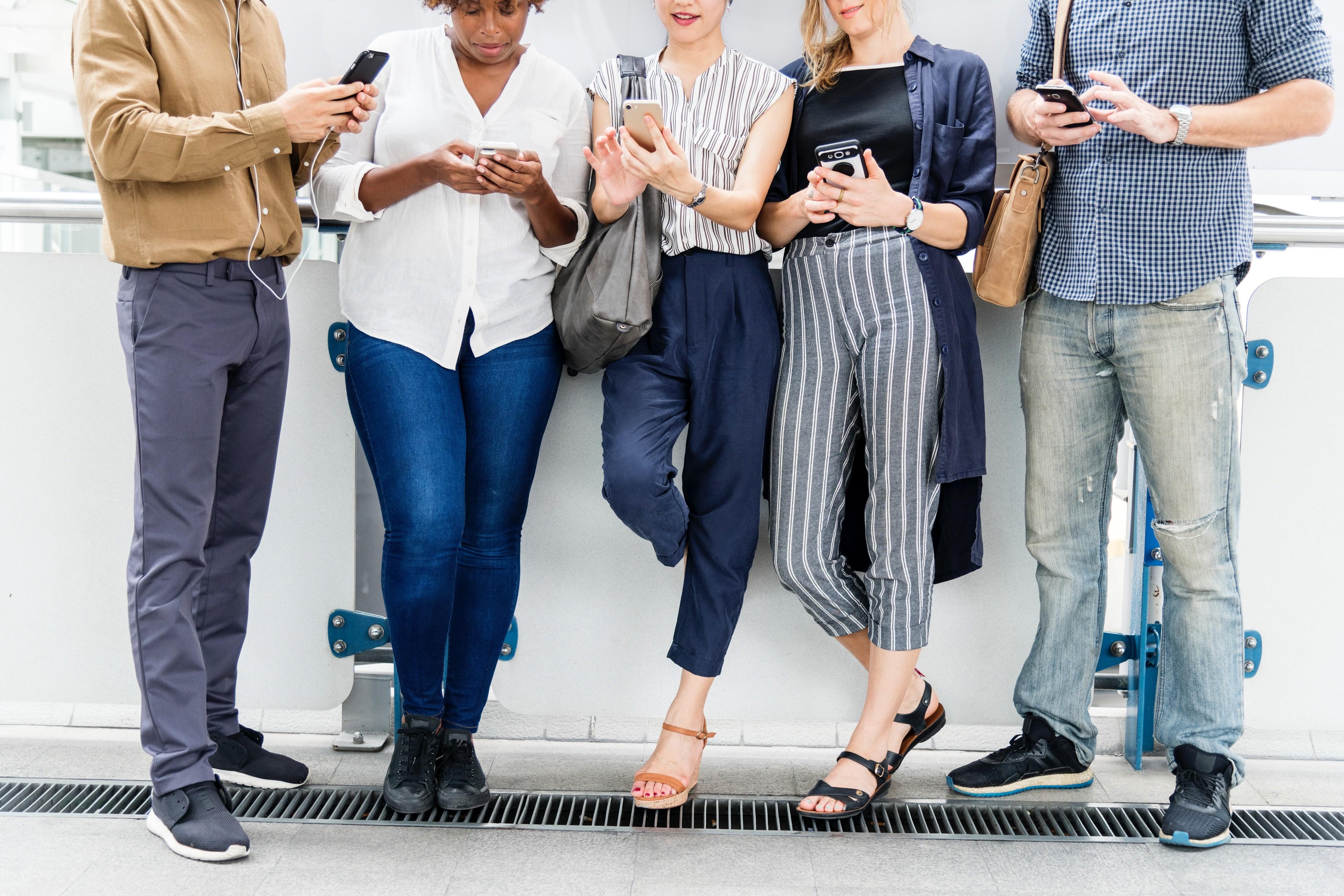 """""""Fora das redes sociais, nas ruas, acreditamos estar ocupados demais pra, de fato, criarmos alguma conexão com estranhos"""" (Foto: rawpixel on Unsplash)"""