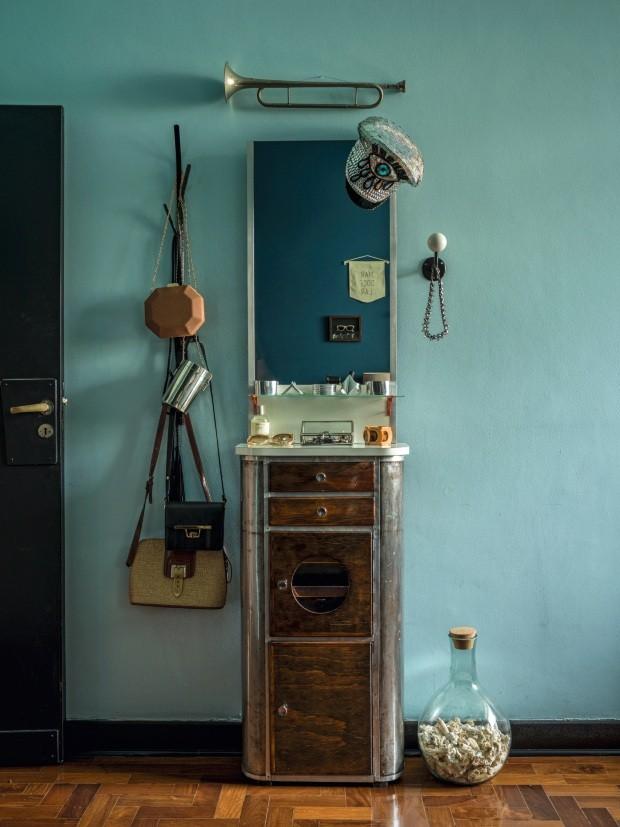Upcycling. O móvel de barbearia da Retrô 63 é usado como porta-objetos. Ganchos de parede da Oppa (à esq.) e da Retrô 63 (à dir.). O vidro com corais coletados na Bahia é da Tok & Stok (Foto: Christian Maldonado / Editora Globo)