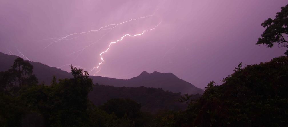 Christian Spencer registrou raio no Parque Nacional do Itatiaia, no Rio de Janeiro — Foto: Christian Spencer/Inpe