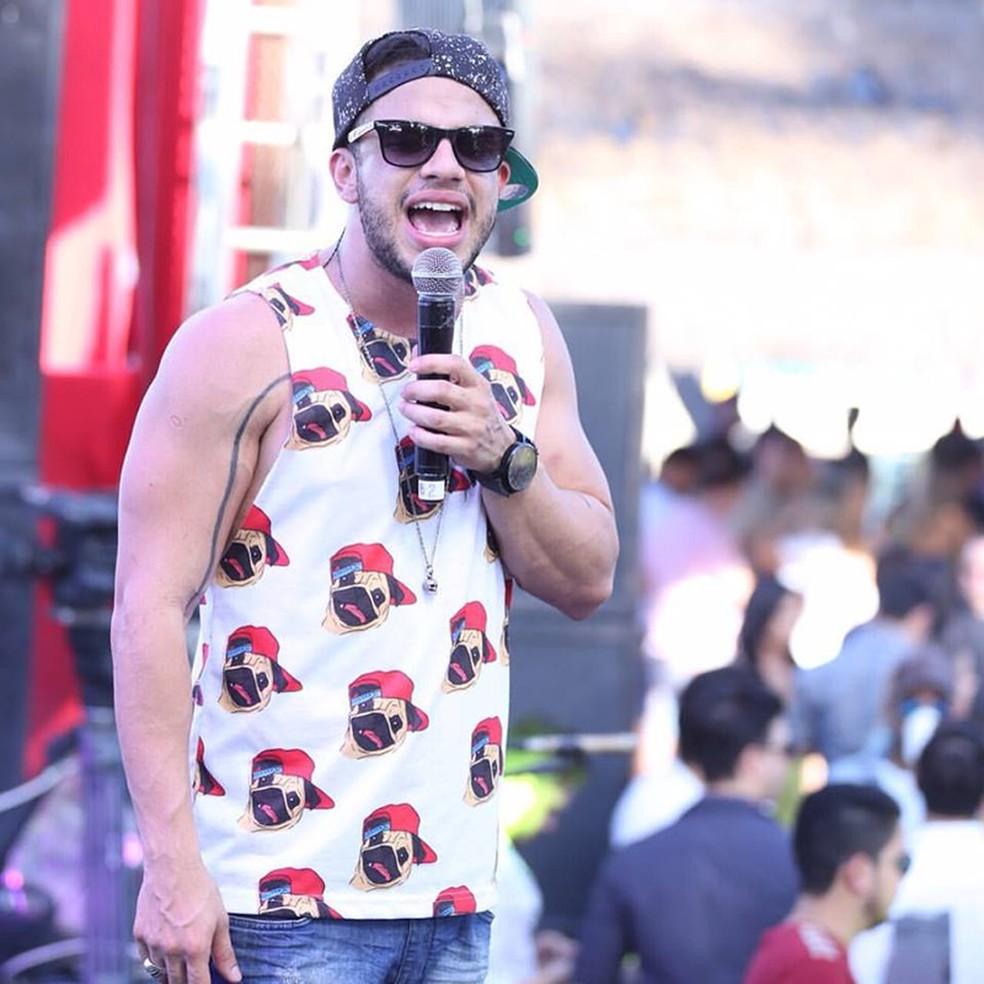 Cantor Avine Vinny se apresenta no carnaval Aracati. (Foto: Divulgação)