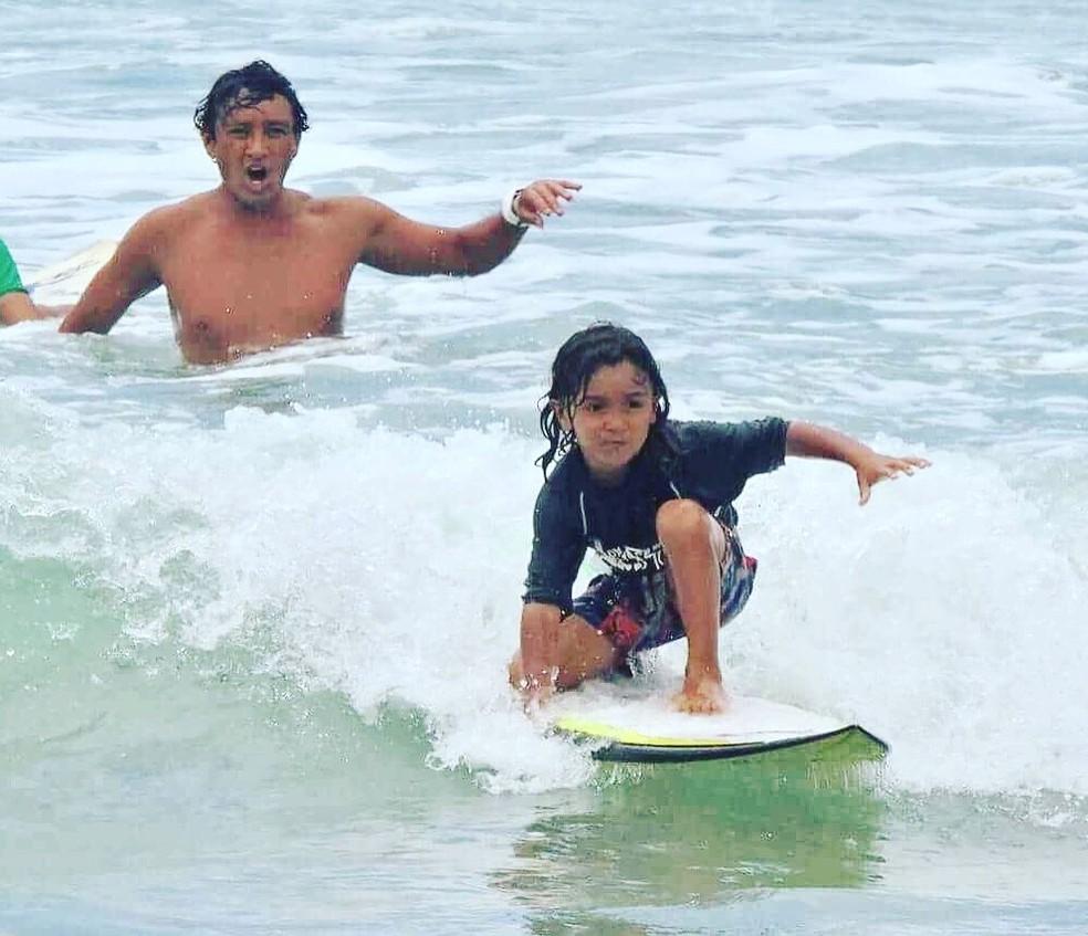 Seguindo os passos do pai, Heitor, de 5 anos, já surfa nas praias de Guarujá, SP (Foto: Arquivo Pessoal)