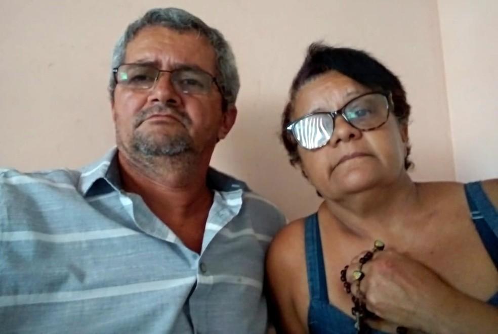 Pais do PM que sumiu no mar da ilha, Inaldo e Goretti acreditam que o filho vai ser encontrado com vida— Foto: Inaldo Nascimento/Acervo pessoal