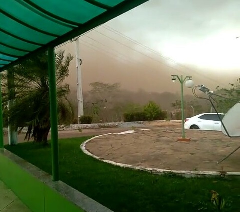 Tempestade registrada em Grajaú causou forte ventania e levantou poeira — Foto: Redes sociais