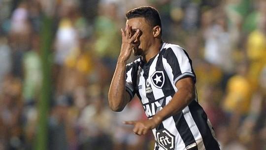Erik dedica vitória à esposa, aniversariante, e diz que ela foi crucial na volta ao Botafogo