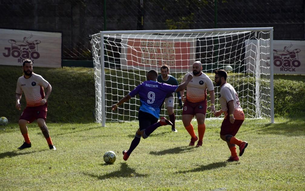 Lance de jogo entre Tribo da Periferia e Maneva pelo João Rock Futebol Clube — Foto: Rodolfo Tiengo/G1
