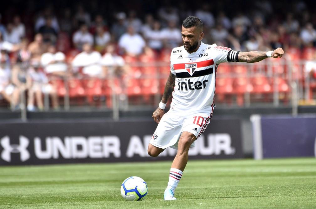 Daniel Alves foi capitão no empate com o Grêmio — Foto: Marcos Ribolli