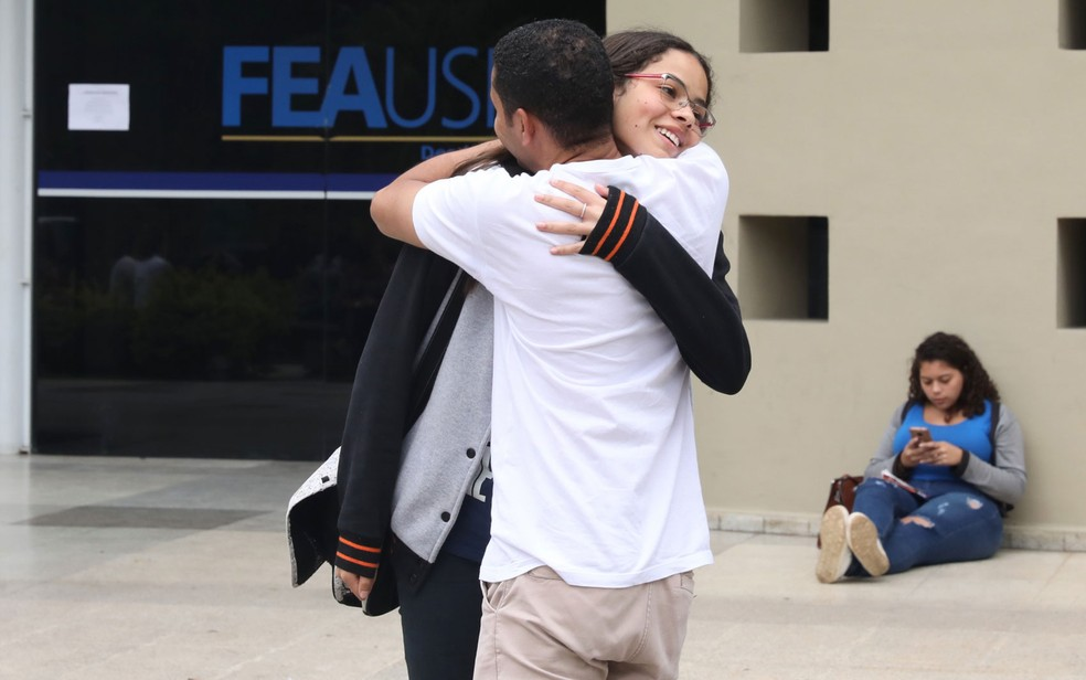 Rogério abraça a sobrinha Cássia que fez a prova da Fuvest — Foto: Celso Tavares/G1
