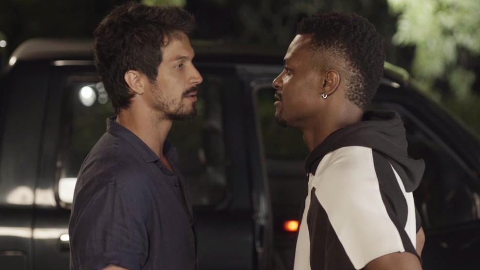 Marcos e Ramon se encaram — Foto: TV Globo