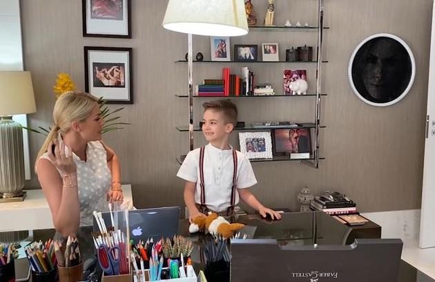 No escritório, ela contou: 'Eu trabalho muito aqui e meu filho, de manhã, tem as aulas online aqui também' (Foto: Reprodução)