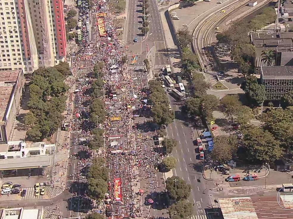 Vista aérea mostra manifestantes ao longo da avenida Presidente Vargas, no Centro do Rio — Foto: TV Globo