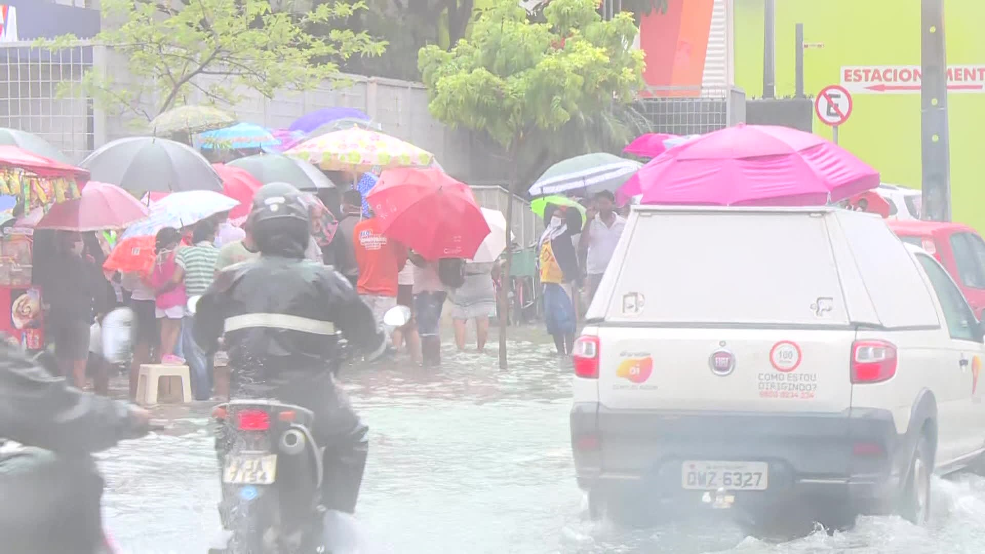 População enfrenta alagamento e filas para sacar dinheiro do auxílio emergencial no Grande Recife